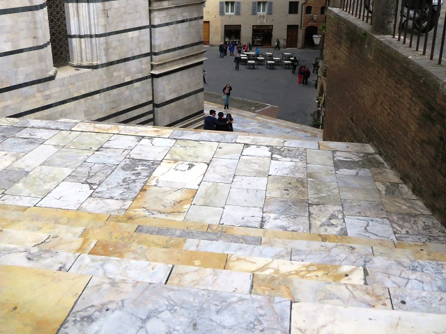 大聖堂からの復路は階段を下ります