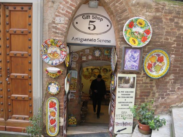 坂の途中に小さなお店がいくつかあります