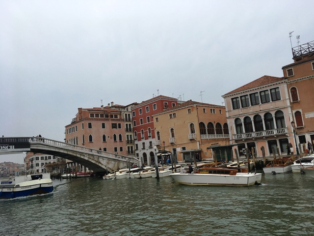 広場前の運河