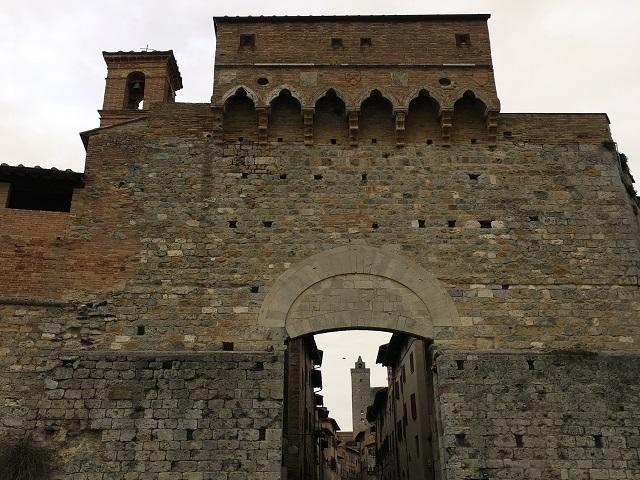 城壁に囲まれた街の中へ入ります