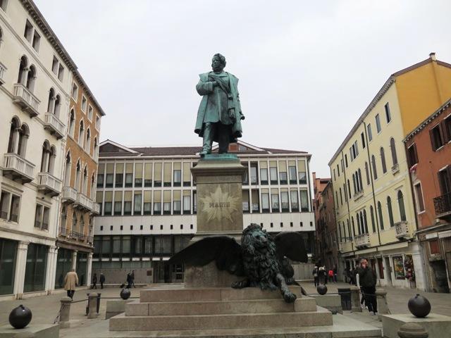 偉い人の銅像