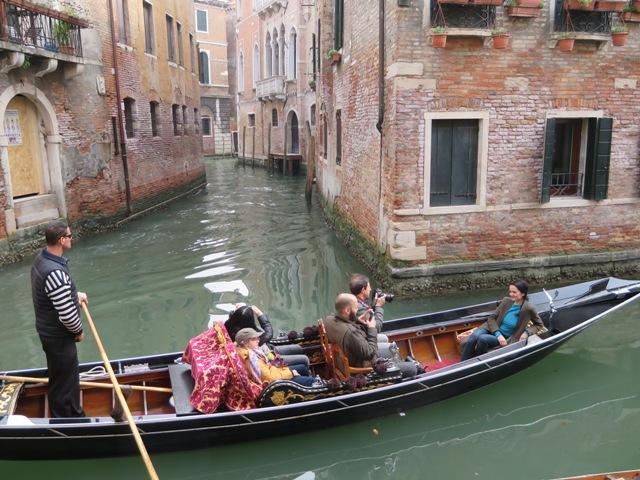 水上ゴンドラで楽しむ観光客
