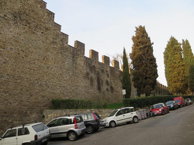 高い塀沿いに歩きます