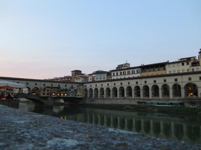 ミケランジェロ広場側からみたヴェッキオ橋
