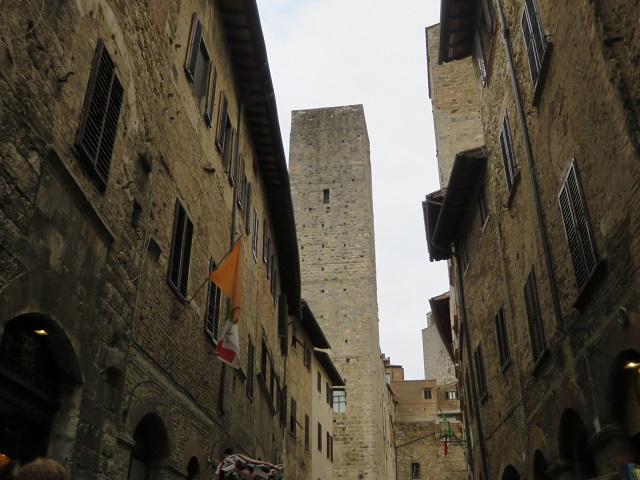 街の中の塔が見えます