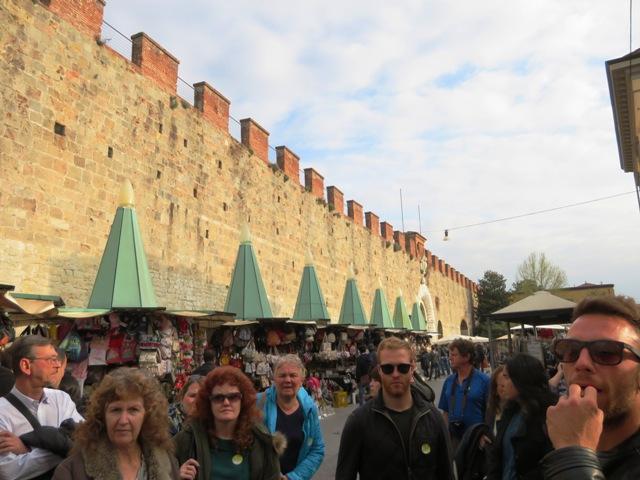 ピサの斜塔敷地の壁