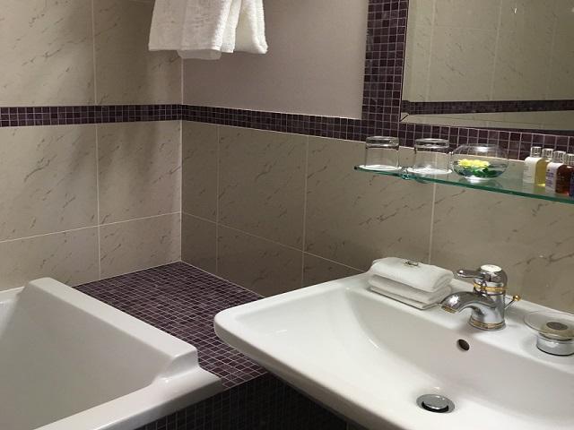 バスルーム。広さは普通ですが浴槽が広くて深い。