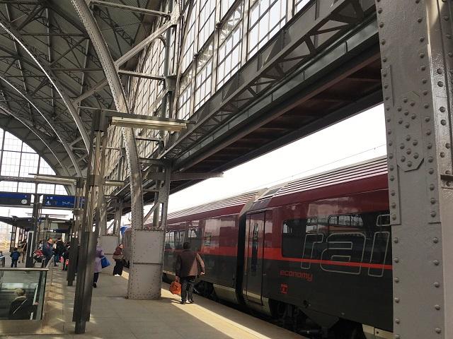 チェコの駅。Railjetに乗ります