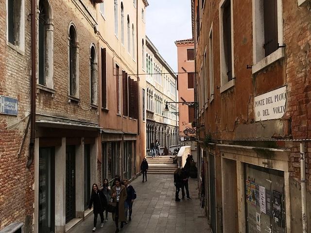 ベネチアの道。意外と石畳で階段多い