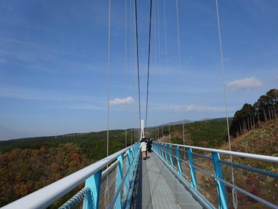 吊り橋からの富士山と紅葉
