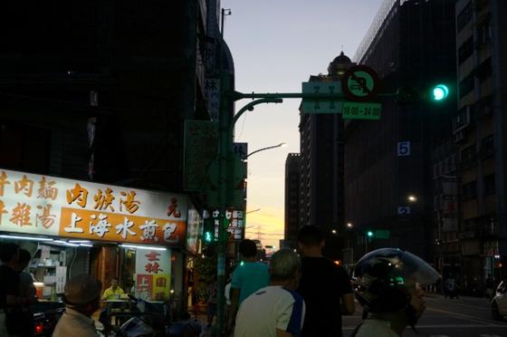 夕暮れの台北の町並み