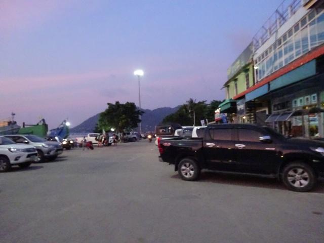 フェリー乗り場前の広場