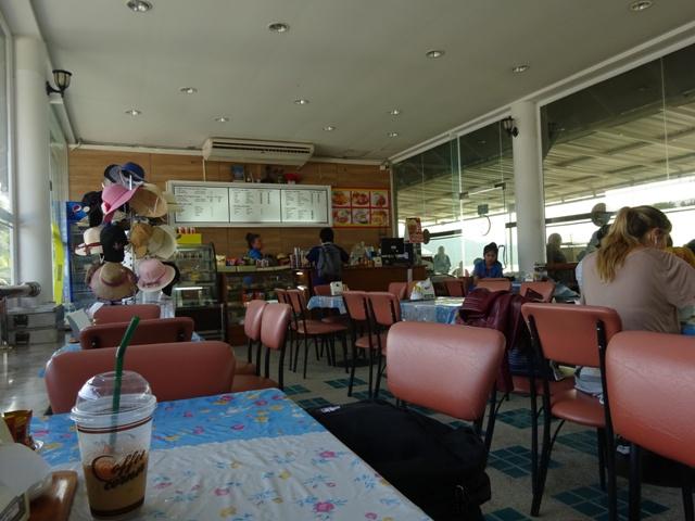 フェリー乗り場のカフェ