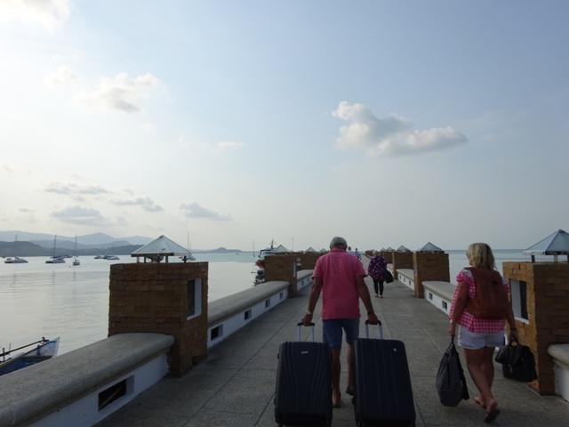 桟橋を歩きます