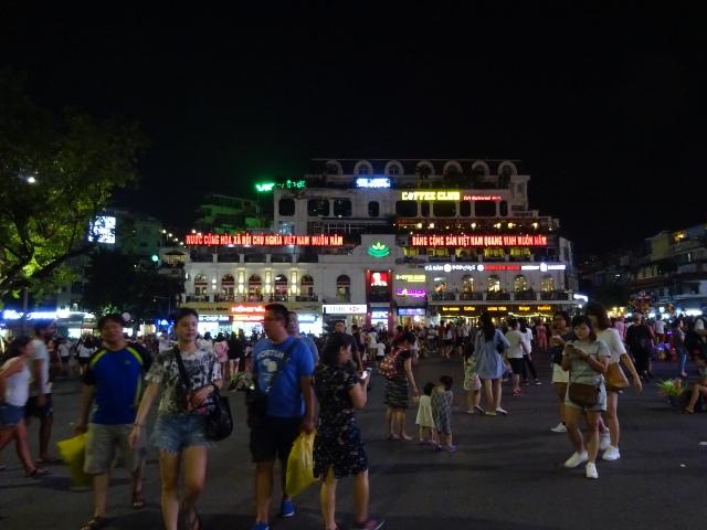 夜のホアンキエム湖広場