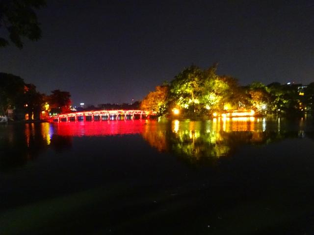 夜のホアンキエム湖