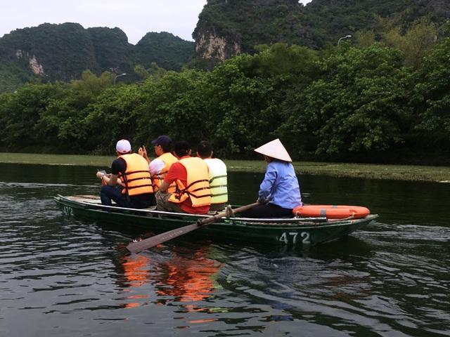 ボートに乗っている観光客