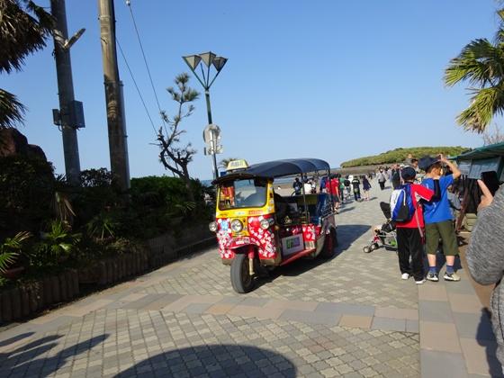 青島神社に行くトゥクトゥク