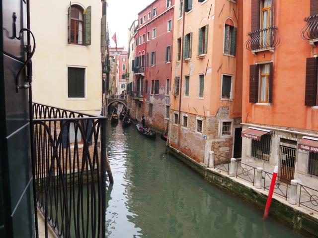 ホテルの窓から見える水路