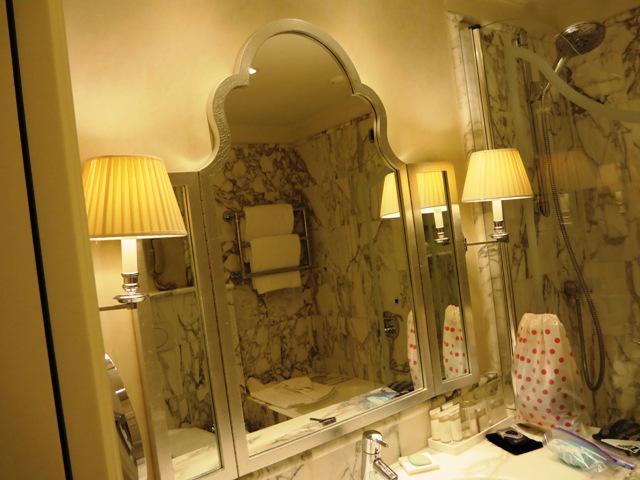 洗面台の鏡も美しい