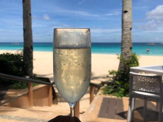 バーで飲むシャンパン