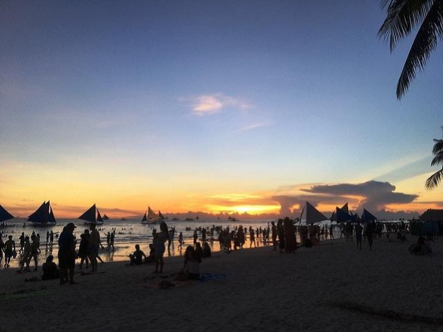 ホワイトビーチに日が沈む
