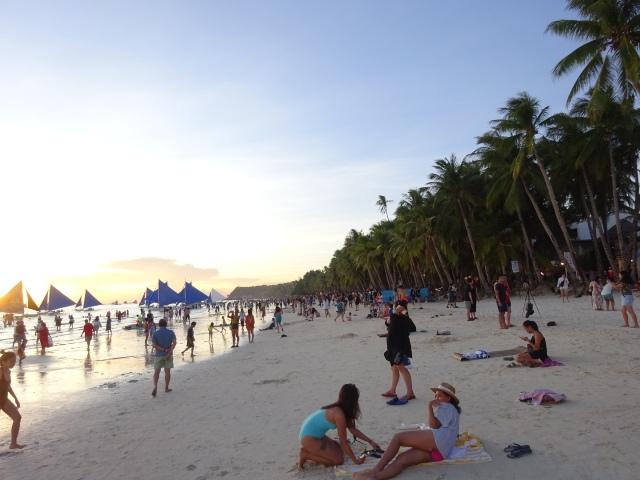 ホワイトビーチで日没を待つ人々