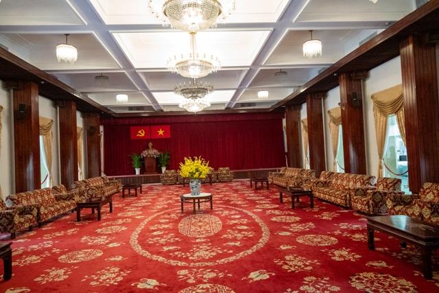 テレビで見るような官邸の閣僚が話す部屋?