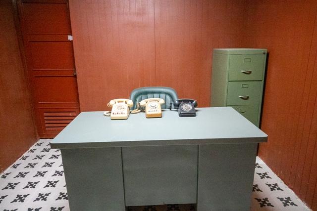 年代物の電話が置かれた机