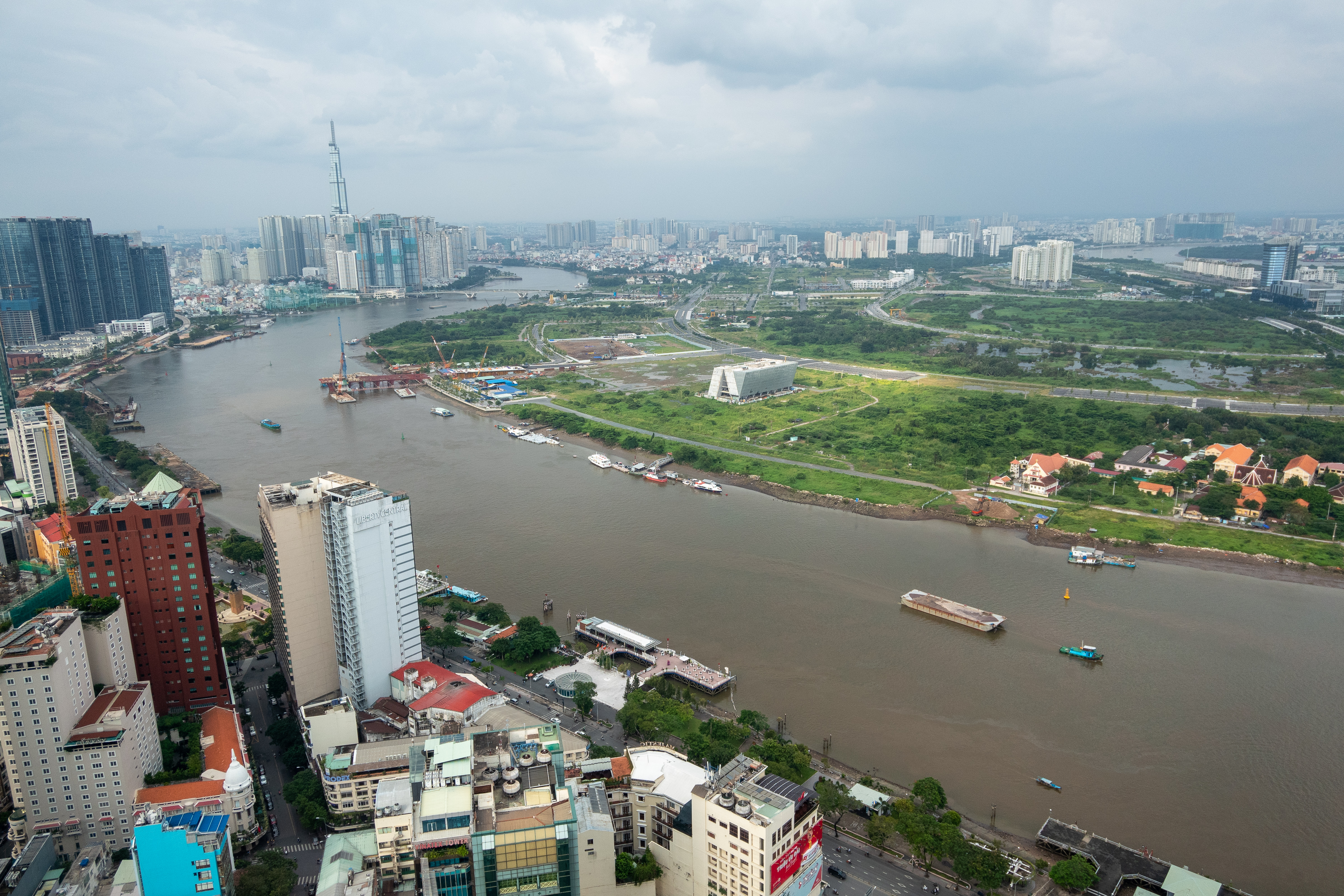メコン川の向こうに高層ビルが見えます