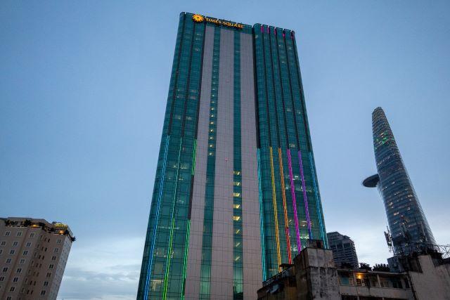 高級ホテルとスカイデッキ