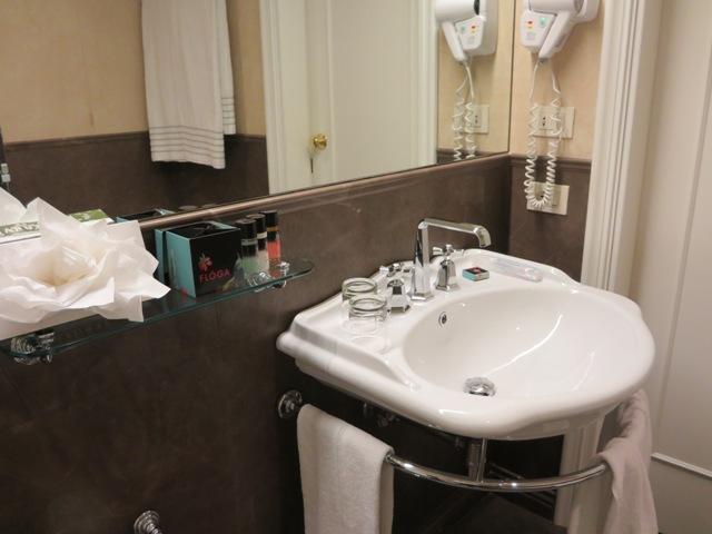 鏡も洗面台もサイズが大きいです