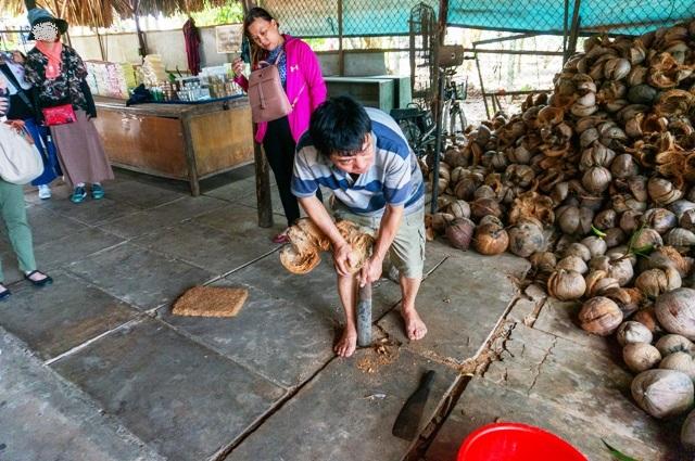 ココナッツの皮むき達人のおじさん