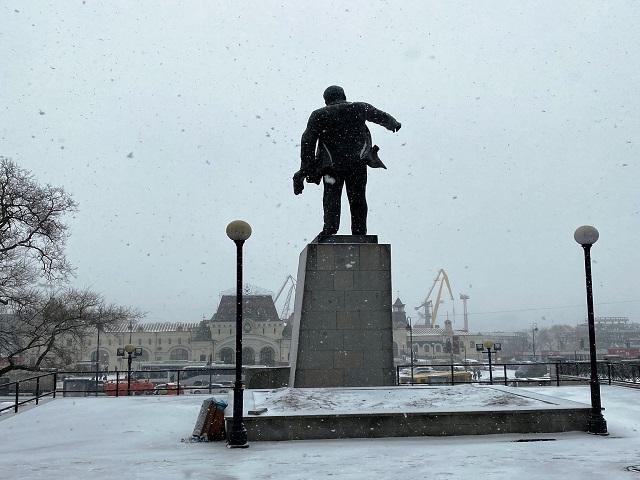 レーニン像ごしのウラジオストク駅 In front of vladivostok station