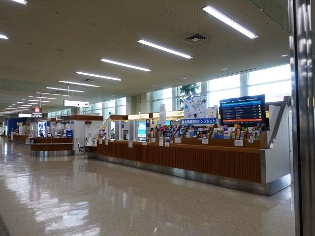 那覇空港の観光案内所でシャトルバスのチケットを買う