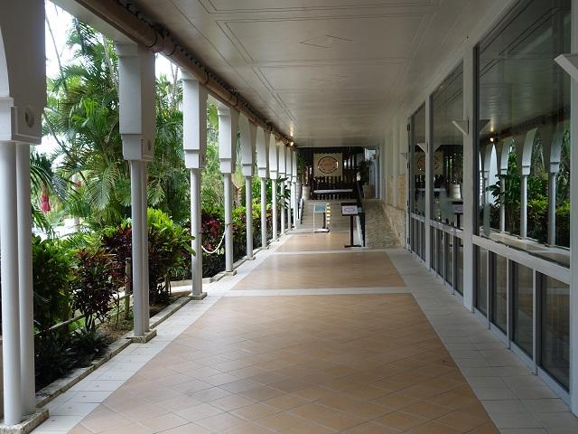 ホテルマハイナの朝食会場はプール脇の外廊下を通っていきます