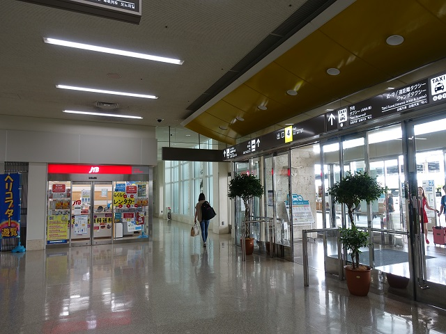 那覇空港の国内線出口4