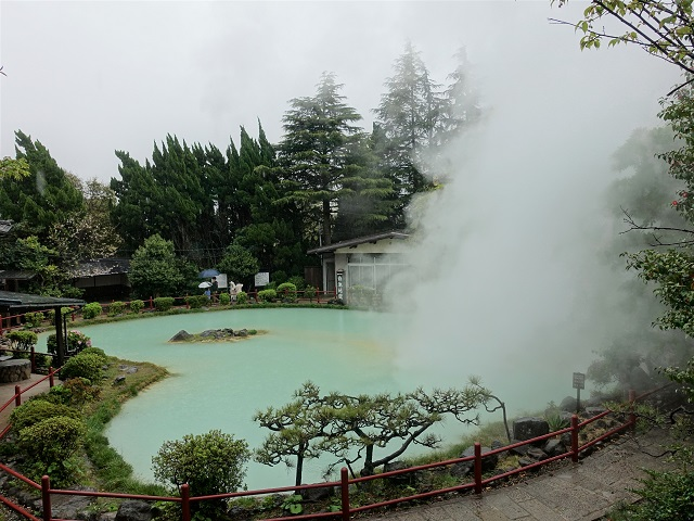 白池地獄の池の形がハートになっている