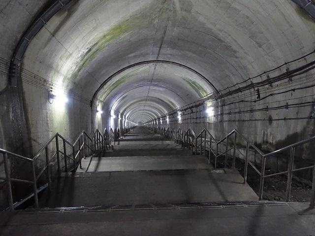 土合駅の地下ホームへの階段